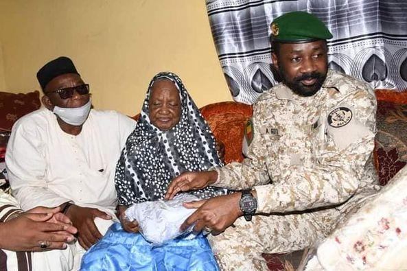 Mois de la solidarité : Le Président Assimi au chevet des personnes âgées